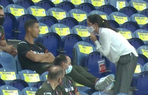 Cristiano Ronaldo told to wear face mask during Portugal 4-1 Croatiad - Bóng Đá