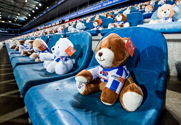 Eredivisie side Heerenveen put 15,000 teddy bears in the stands this weekend to raise awareness for children in the Netherlands who have cancer.  - Bóng Đá