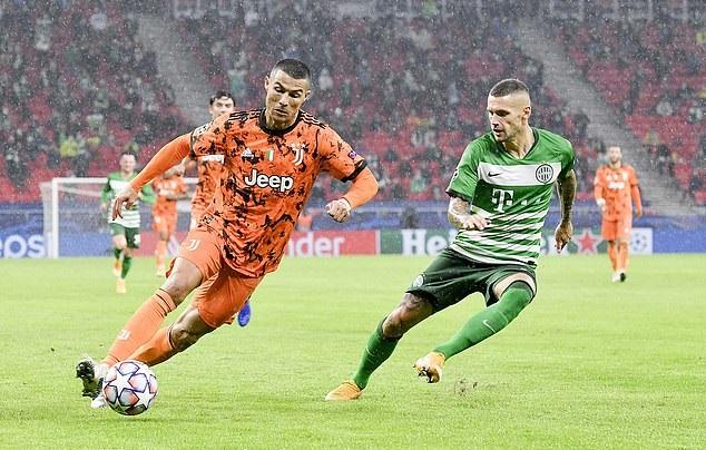 Bị kèm quá chặt, Ronaldo bực bội từ chối đổi áo - Bóng Đá