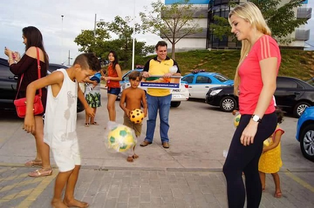 Quá xinh đẹp, nữ trọng tài FIFA bị rủ đi 'tiếp khách' - Bóng Đá
