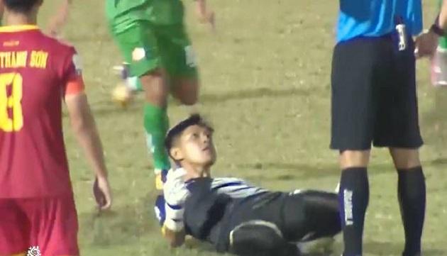 Khoảnh khắc đáng xấu hổ của bóng đá Việt lên báo nước ngoài - Bóng Đá