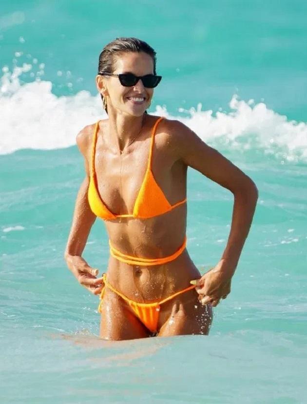 PSG Wags including Victoria's Secret model Izabel Goulart strip down to bikinis to enjoy sun despite Covid rules - Bóng Đá