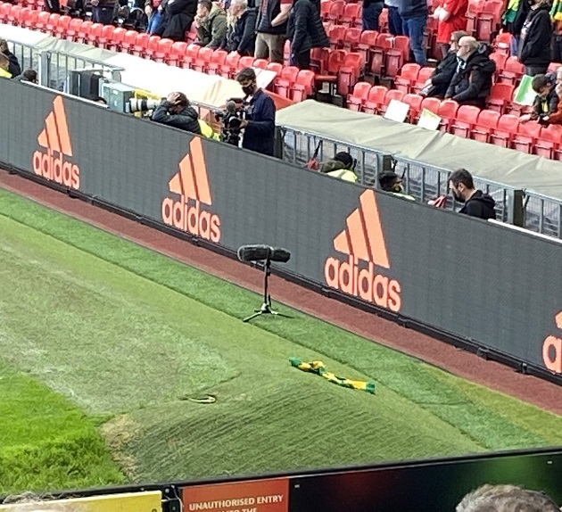 Luke Shaw defends Manchester United fan who threw green and gold scarf at him - Bóng Đá