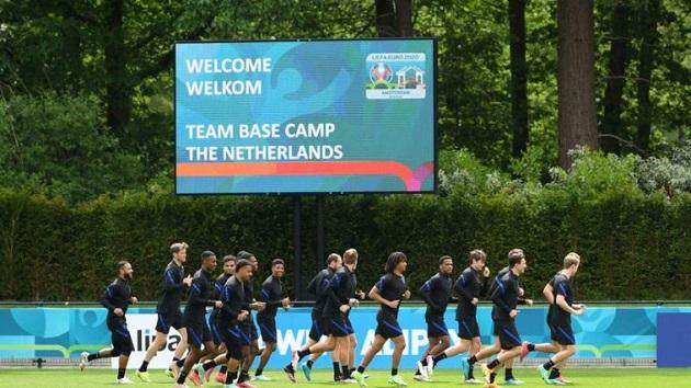 BOER OFF FRANK Fans fly banner over Holland training session demanding De Boer plays Arsenal reject Donyell Malen vs North Macedonia - Bóng Đá