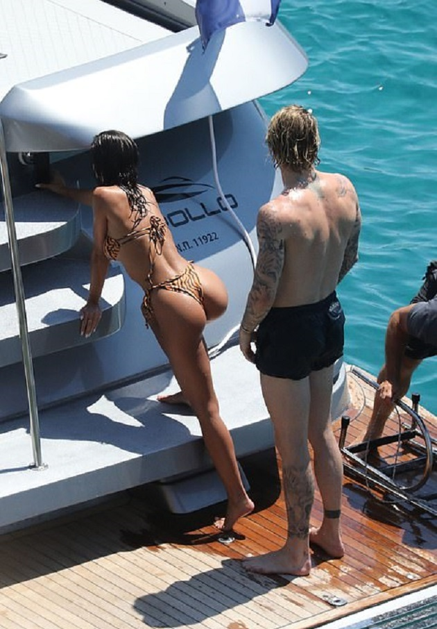 Photos: Liverpool's Loris Karius issues apology to his stunning partner as he's spotted kissing a mystery woman on a boat - Bóng Đá