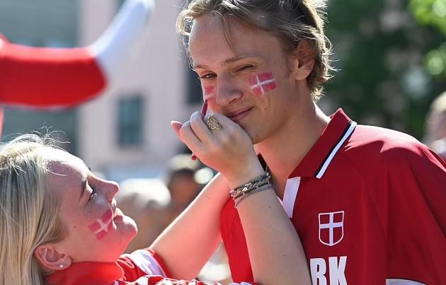Nỗi đau của CĐV Đan Mạch khi bị ngược dòng