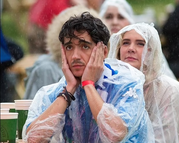 At least SOME Brits are happy! 'Italian Jock' Scottish fans rejoice in the rain after the Auld Enemy were defeated on penalties - Bóng Đá