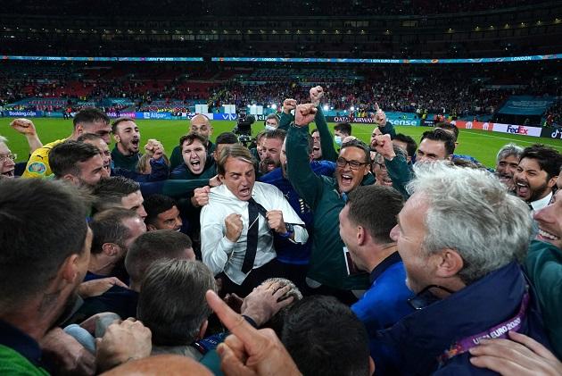 Italy's assistant coach Daniele De Rossi breaks down beer-soaked - Bóng Đá