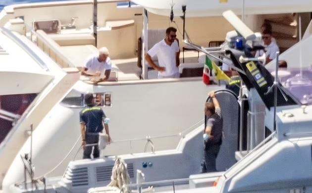 PICTURED: David Beckham shares a fist-bump with an Italian officer  - Bóng Đá