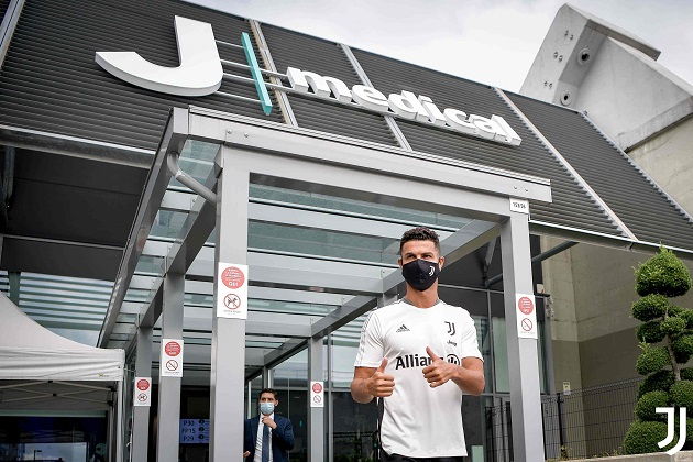 Ronaldo returns to Juventus training after summer of links to Manchester United and PSG - Bóng Đá