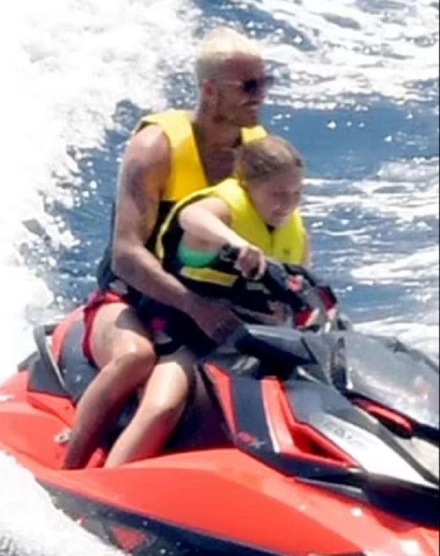 Harper Beckham, 9, zips around the water with dad David - Bóng Đá