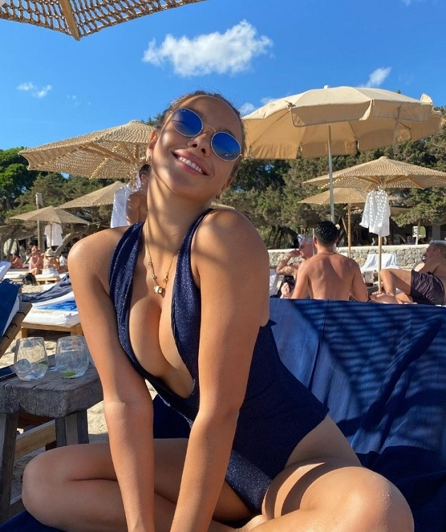 Does Alexis Sanchez have a new flame? Spotted in Barcelona, here are the details - Bóng Đá