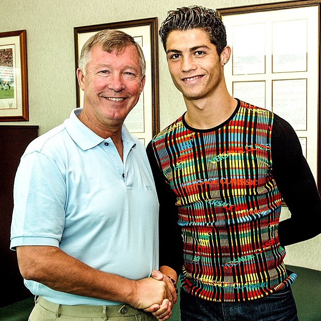 —August 12, 2003: Cristiano Ronaldo joins Manchester United and his legendary run begins.  - Bóng Đá
