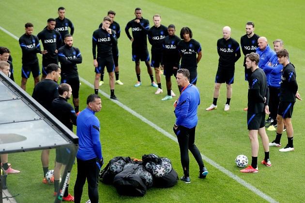 Van Gaal lần đầu tiên tái xuất sân cỏ sau khi rời M.U