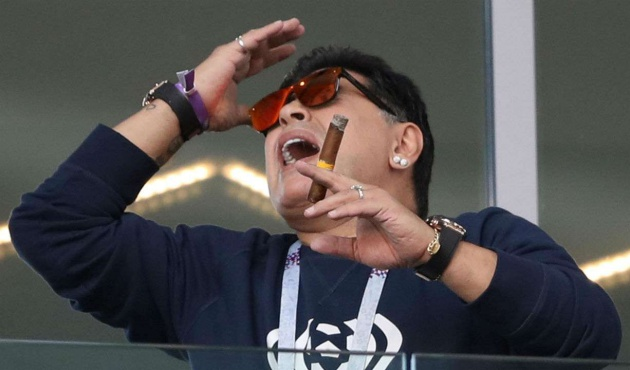 Maradona giơ ngón tay thối chọc tức người Nigeria - Bóng Đá
