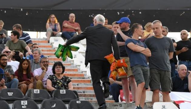 Chủ tịch Chelsea hành xử bất ngờ với NHM The Blues - Bóng Đá