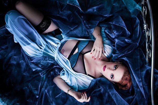 Emmerald Barwise - Siêu mẫu ngực khủng hết mình vì Tam sư - Bóng Đá