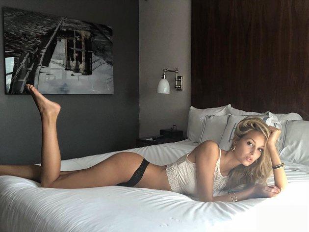 Người tình của 'hung thần' Ngoại hạng Anh khoe nội y nóng bỏng trên... giường - Bóng Đá