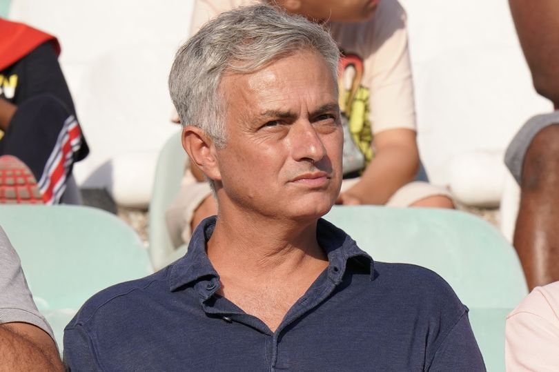 Real Madrid fans demand Jose Mourinho replace Zinedine Zidane after PSG disaster - Bóng Đá