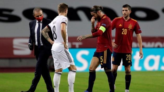 Kroos' touching gesture towards Sergio Ramos - Bóng Đá