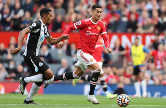 Không chỉ cú đúp, hành động tinh tế của Ronaldo khiến CĐV phát cuồng - Bóng Đá