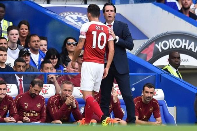 Sau tin đồn hét vào mặt Emery, Ozil sẽ phải giã từ vị trí số 10? - Bóng Đá