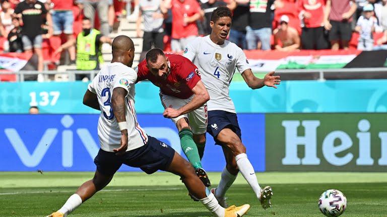 Hai hậu vệ tuyển Pháp không muốn chạm vào người cầu thủ Hungary  - Bóng Đá