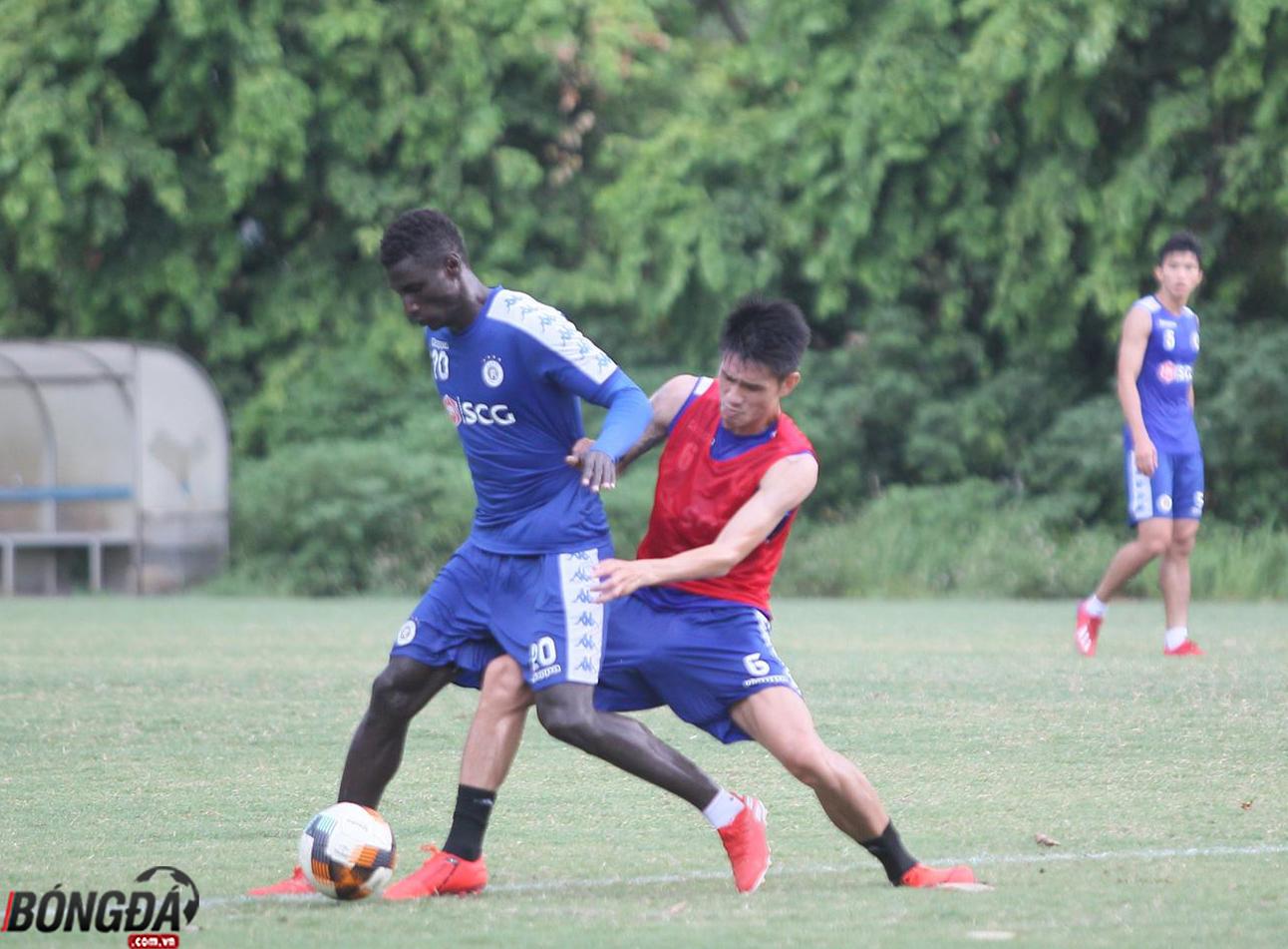 Tân binh của Hà Nội FC thư thái trong buổi tập trước trận đấu với Nam Định - Bóng Đá