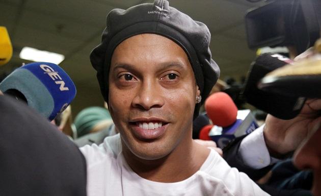 Bị quản thúc, Ronaldinho vẫn làm điều khó tin - Bóng Đá