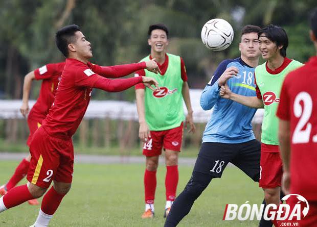 Thầy trò HLV Nguyễn Thắng có buổi tập với không khí khá vui vẻ trước trận chung kết gặp ĐT Singapore chiều ngày 05/06 trên đất Myanmar. Ảnh: Gia Minh.