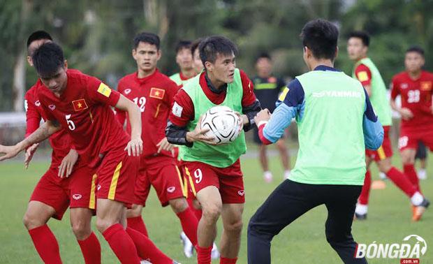 Đánh bại các cầu thủ Hong Cong (TQ) để có mặt trong trận chung kết giải Tứ hùng AYA Bank Cup 2016 giúp buổi tập của ĐT Việt Nam vô cùng thoải mái. Ảnh: Gia Minh.