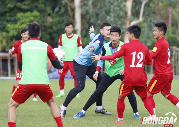 Buổi tập của ĐT Việt Nam chiều ngày 05/06 kéo dài khoảng 1 giờ đồng hồ. HLV Hữu Thắng cho các cầu thủ khởi động nhẹ, chia nhóm tập vui đùa bên trái bóng để tránh những chấn thương đáng tiếc. Ảnh: Gia Minh.