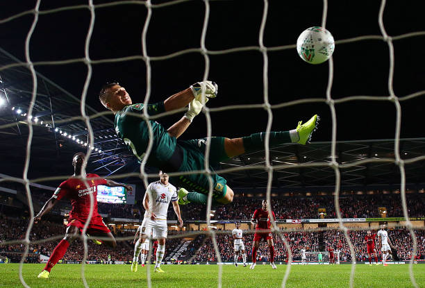Thủ môn MK Dons gợi lại nỗi ám ảnh của Liverpool ngày nào - Bóng Đá