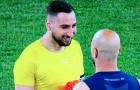 CHOÁNG! Milan thua tan nát, 'kẻ bị nguyền rủa' vẫn cực kỳ vui vẻ