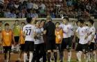 Xem cầu thủ Long An phản đối trọng tài, tẩy chay trận đấu