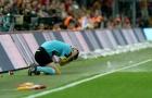 Trọng tài bị dội 'bom nước' ở derby Istanbul