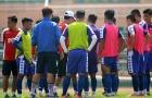 HLV Chung Hae-soung vất vả, cầm tay chỉ việc cho các cầu thủ CLB TP.HCM