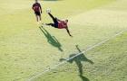 Đá bay virus Corona, viện binh Man City ngả người volley trên sân tập