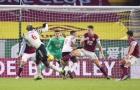 Biểu cảm khó đỡ của Martial khi Pogba sút tung lưới Burnley