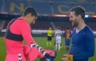 Thủ môn Elche 'ngớ người' khi được Messi đổi áo đấu