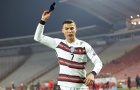 CHOÁNG! Quá giận dữ, Ronaldo ném băng đội trưởng xuống sân