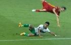 Lạnh gáy khi Tuấn Anh bị cầu thủ Indonesia triệt hạ, đá thô bạo