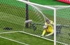 Hài hước thủ môn như 'cá mắc lưới' sau cú sút lịch sử ở EURO