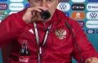 HLV ĐT Nga hành động gây sốt với chai Coca-Cola