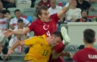 Sao xứ Wales đổ máu sau cú vung chân thẳng vào mặt