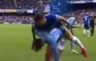 Lộ video bom tấn Man City còng lưng gánh thủ lĩnh Chelsea khó đỡ