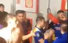 Marcos Rojo cầm bình cứu hỏa định ném vào đầu đồng nghiệp