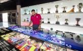 Depay thích thú tham quan phòng truyền thống ngập tràn danh hiệu của Barca