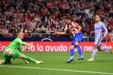 Suarez ăn mừng cà khịa, Griezmann cười tươi khi Atletico đè bẹp Barca