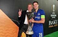 Roman Abramovich cười tươi rói bên cạnh đội trưởng Azpilicueta